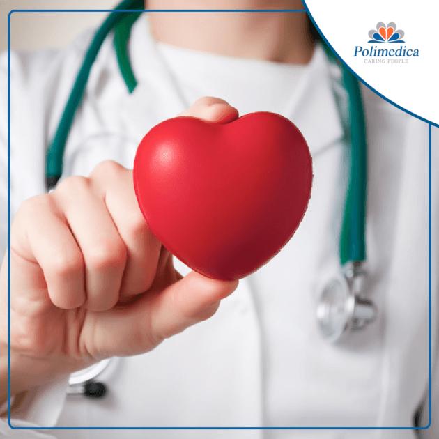 Foto di un medico con in mano un cuore giocattolo con logo Polimedica Melfi, per evidenziare l'importanza della visita cardiologica. Immagine di accompagnamento all'articolo dedicato ai consigli sulla visita cardiologica.