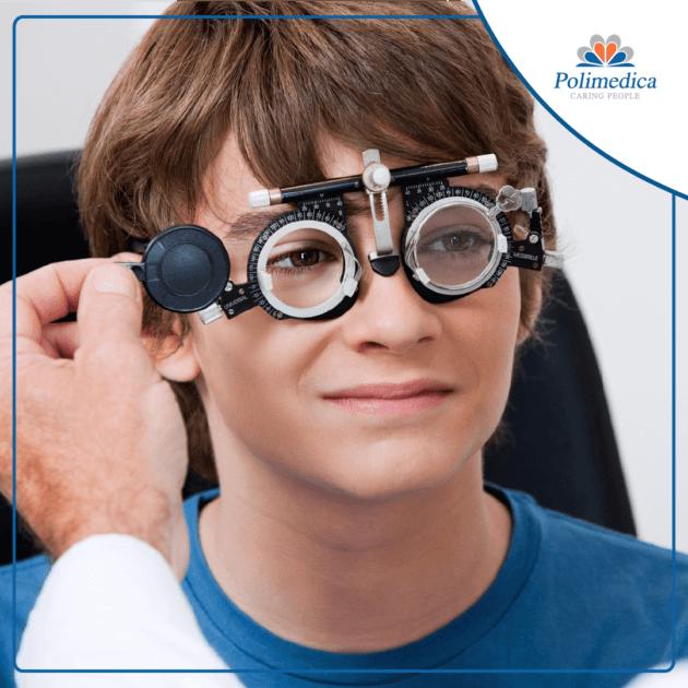 Foto con logo Polimedica, di un bambino che esegue una visita oculistica. Immagine di accompagnamento all'articolo dedicato alla miopia nei bambini.