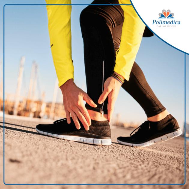 Foto con logo Polimedica, di un runner che si tocca la caviglia perché dolorante. Immagine di accompagnamento all'articolo dedicato alla distorsione alla caviglia.