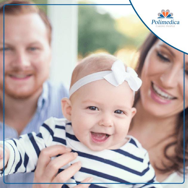 Immagine con logo di Polimedica, di una neonata in braccio ai genitori. Immagine di accompagnamento all'articolo dedicato alla sindrome della morte improvvisa infantile.