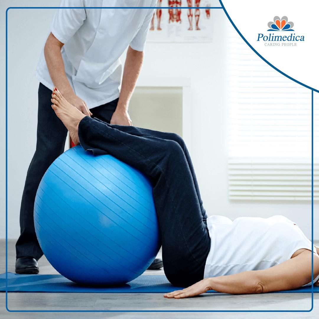 Immagine, con logo di Polimedica Melfi, di un fisioterapista che fa eseguire ad un paziente degli esercizi posturali propriocettivi con un pallone per la riabilitazione. Foto utilizzata per il post Offerta di lavoro per fisioterapista.