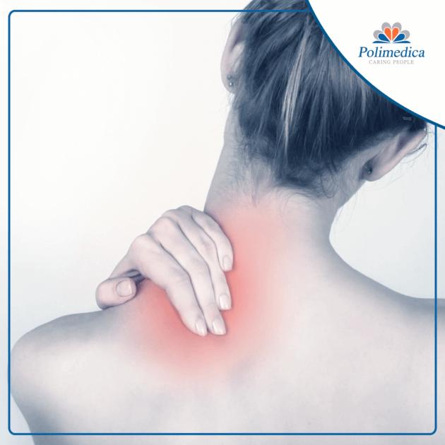 Foto con logo Polimedica Melfi, di una donna che si tocca il collo perché affetta da fibromialgia. Immagine di accompagnamento all'articolo dedicato alla fibromialgia.