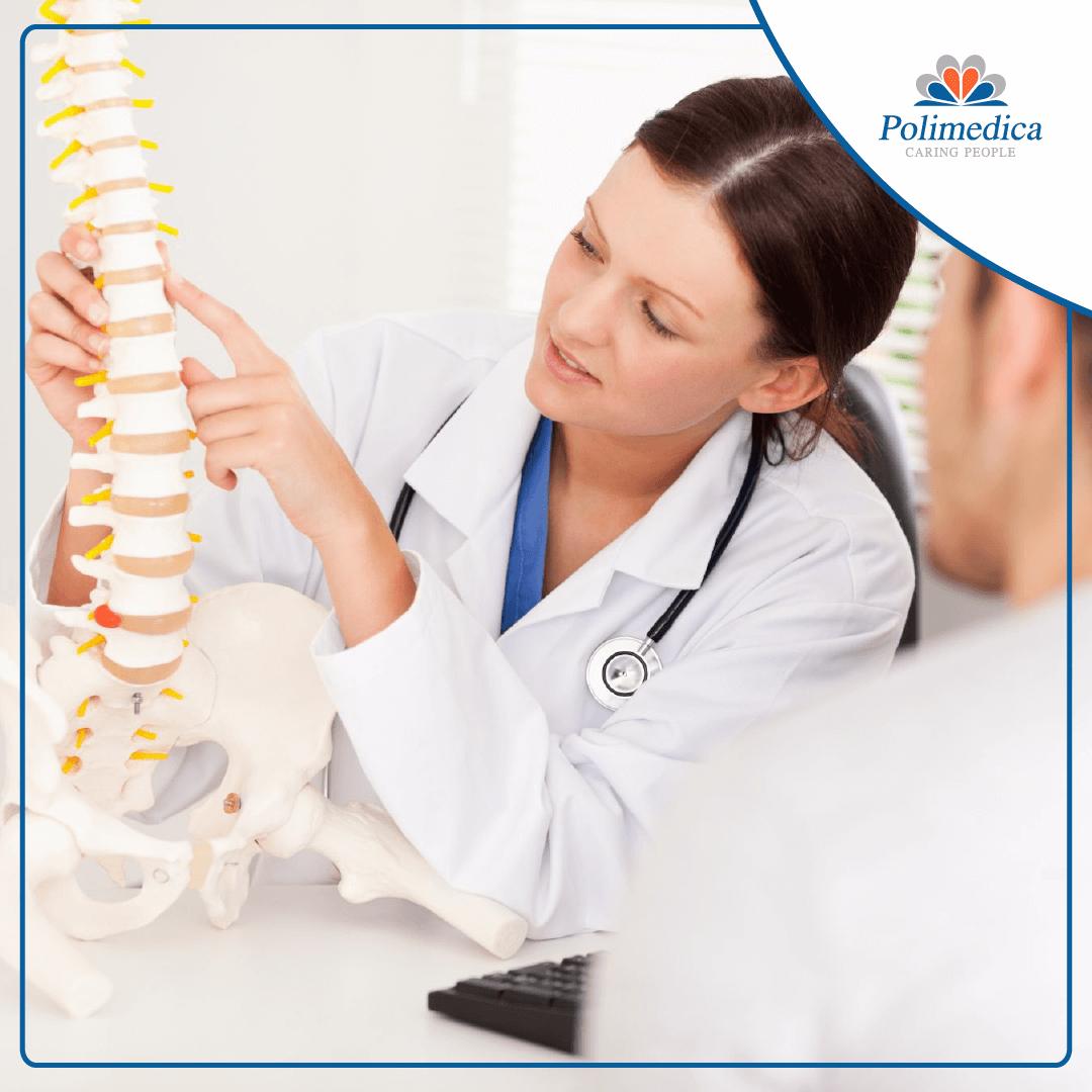 Immagine con logo di Polimedica, di una dottoressa che indica col dico su un modellino di colonna vertebrale. Immagine di accompagnamento all'articolo dedicato alla riabilitazione dopo l'asportazione di un'ernia discale.