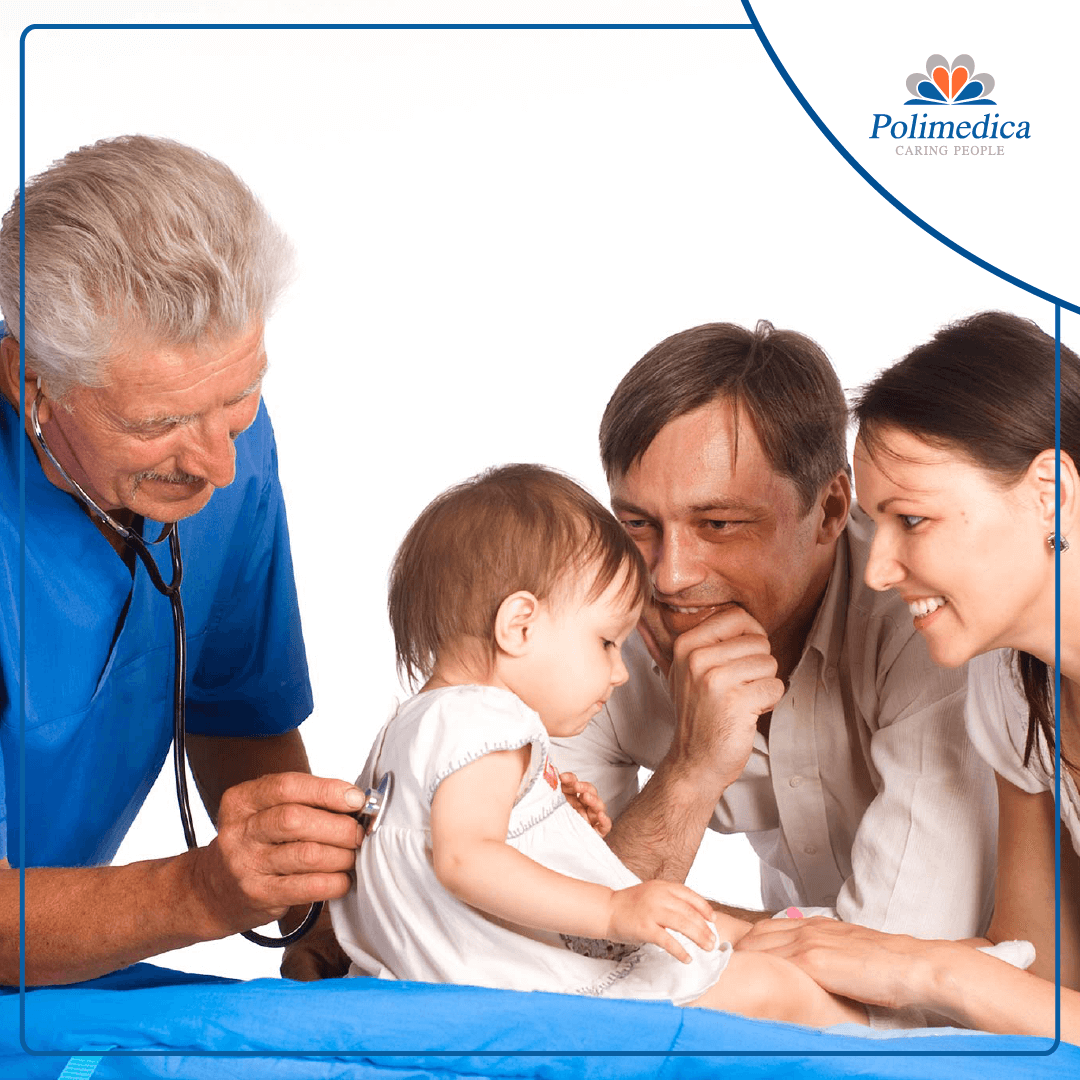 Foto con logo Polimedica, di un medico che visita una bambina seduta difronte ai propri genitori. Immagine di accompagnamento all'articolo dedicato all'appuntamento per lo screening pediatrico gratuito FASIF.