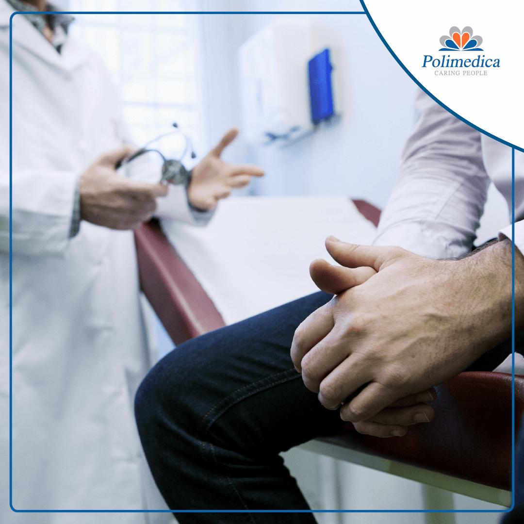 Immagine, con logo di Polimedica Melfi, di un medico con uno stetoscopio in mano che parla al proprio paziente seduto sul lettino. Foto utilizzata per il post Cercasi specialista in urologia.