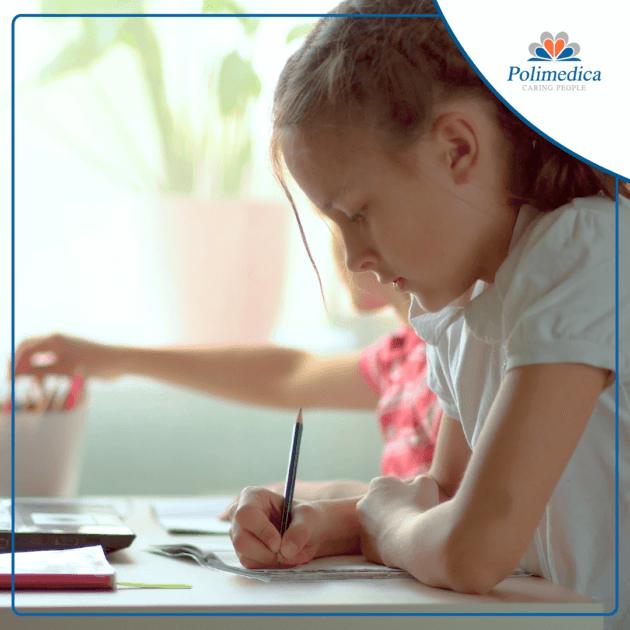 Immagine, con logo di Polimedica Melfi, di bambini che svolgono dei compiti. Foto di accompagnamento all'articolo Compiti per le vacanze: i consigli per alunni e genitori.
