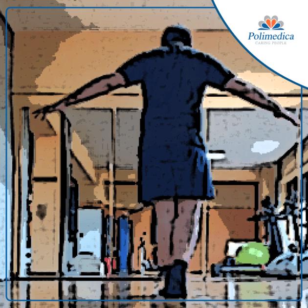 Immagine, con logo di Polimedica Melfi, di un paziente che esegue degli esercizi di equilibrio in una sala di riabilitazione fisioterapica. Foto di accompagnamento all'articolo Lesione al menisco: la fisioterapia prima dell'intervento.