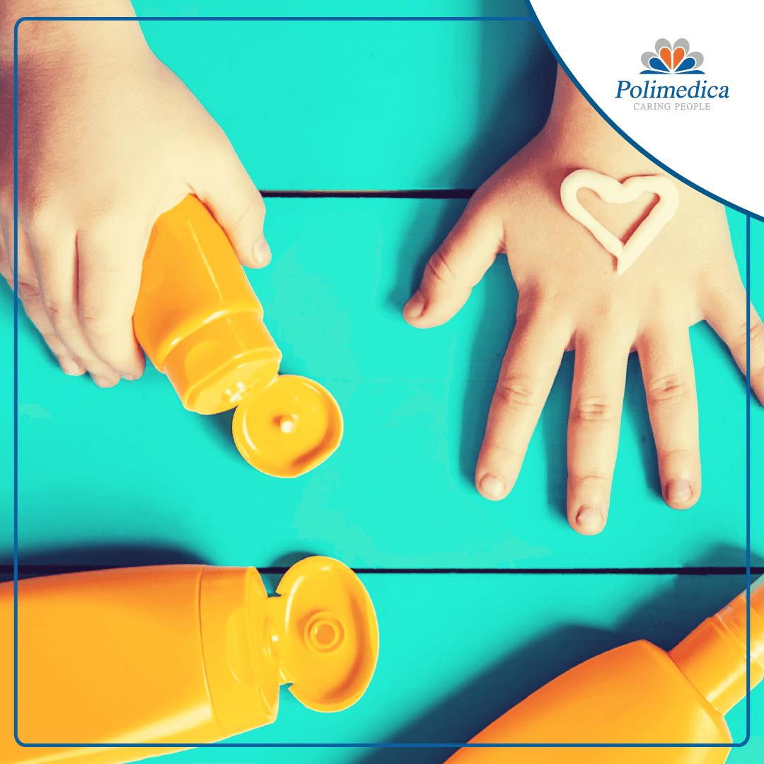 Foto, con logo di Polimedica Melfi, di una mano di un bambino con della crema solare che forma un cuore e di alcuni contenitori di creme solari di color arancione. Immagine di accompagnamento all'articolo Melanoma: la prevenzione inizia già da bambini.