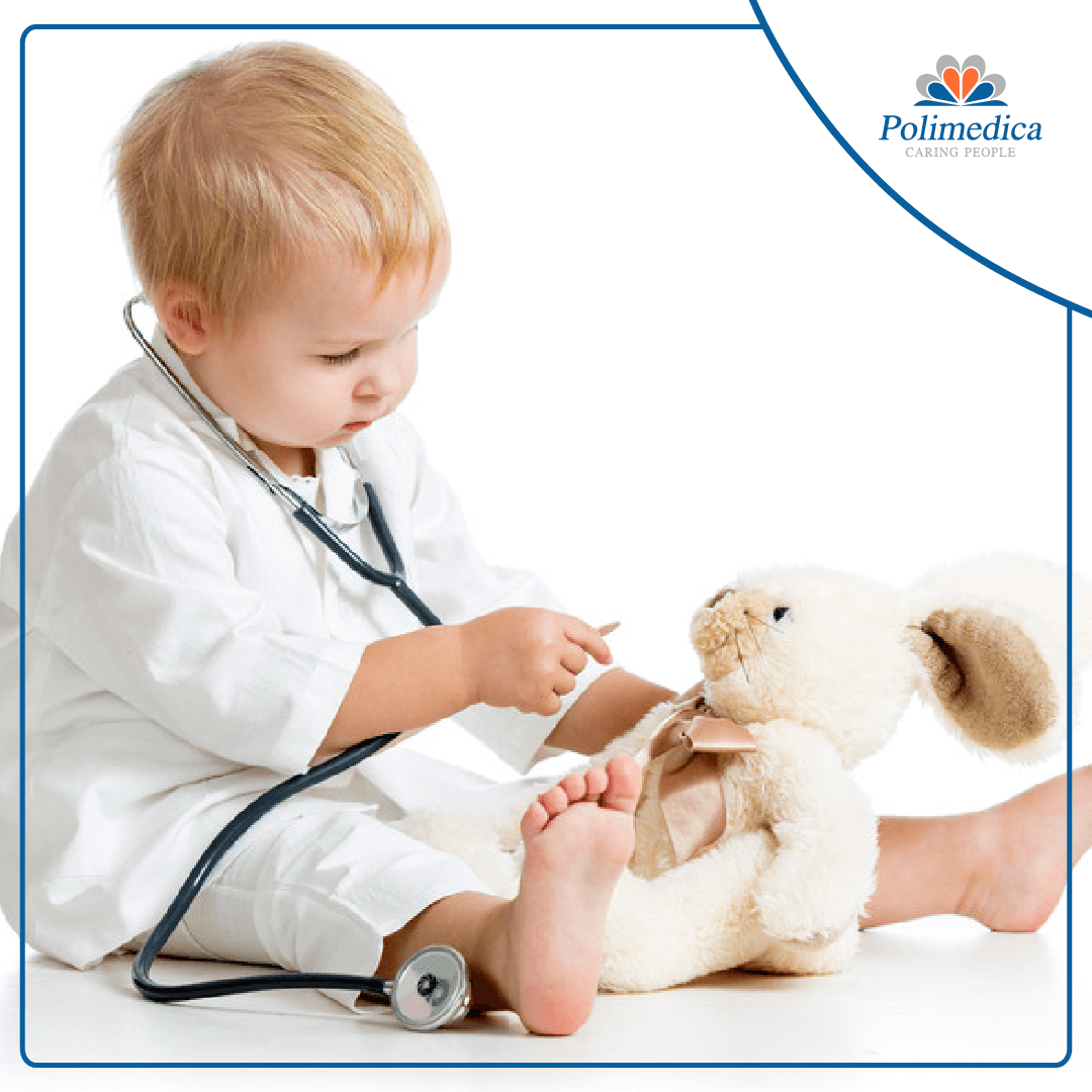 Immagine, con logo di Polimedica Melfi, di un bambino con uno stetoscopio che gioca con un peluche. Foto utilizzata per il post Offerta di lavoro per neuropsichiatra infantile.