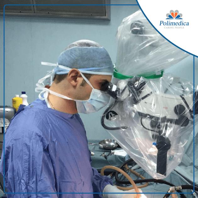 Foto, con logo di Polimedica Melfi, di un neurochirurgo che esegue una operazione chirurgica. Immagine di accompagnamento all'articolo Spondilolistesi degenerativa.