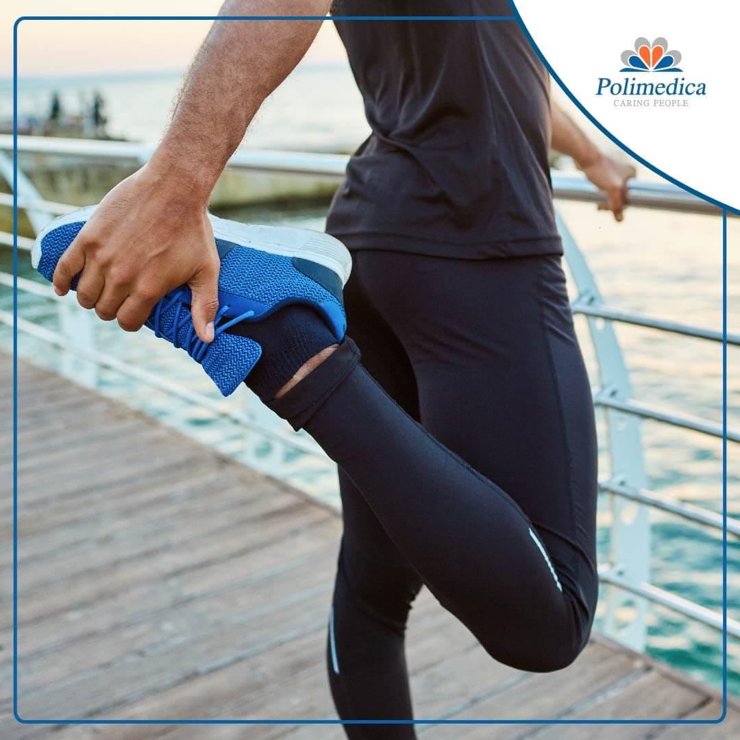 Immagine, con logo di Polimedica Melfi, di un uomo che esegue degli esercizi di stretching su un pontile. Foto di accompagnamento all'articolo dedicato a Esercizi di stretching.